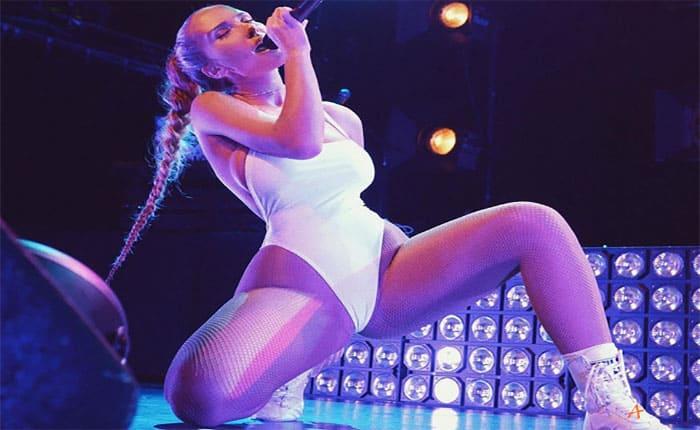 H πιο σέξι τραγουδίστρια στον κόσμο τα δείχνει ..όλα!